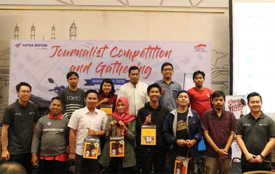 TOP 15 KONTRIBUTOR : Inilah 15 kontributor ASTRA MOTOR yang ditapuk untuk berfoto bersama dengan petinggi dan pejabat ASTRA MOTOR. Foto ISTIMEWA