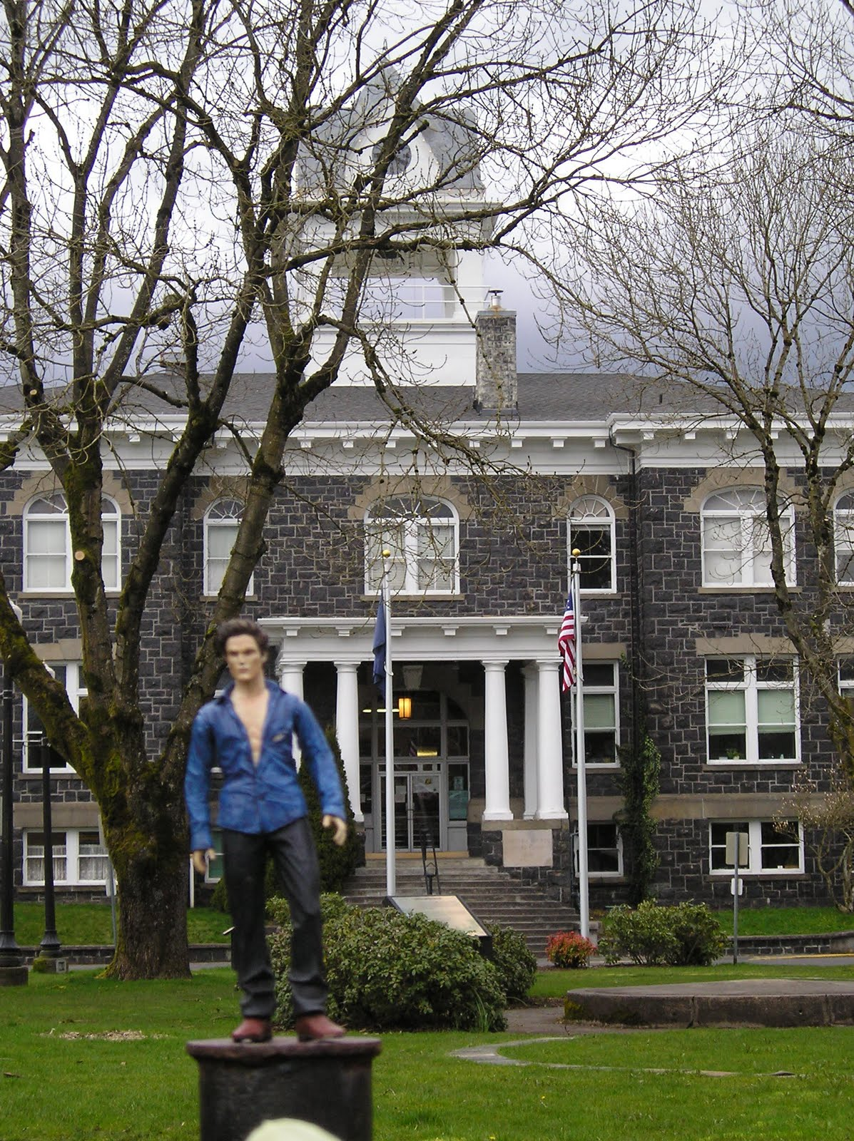 The cullen house pocket edward takes a tour of twilight - Edwards house in twilight ...