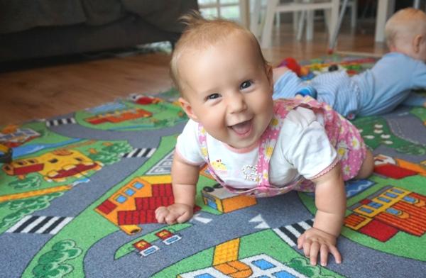 Usmiechniete dziecko raczkuje