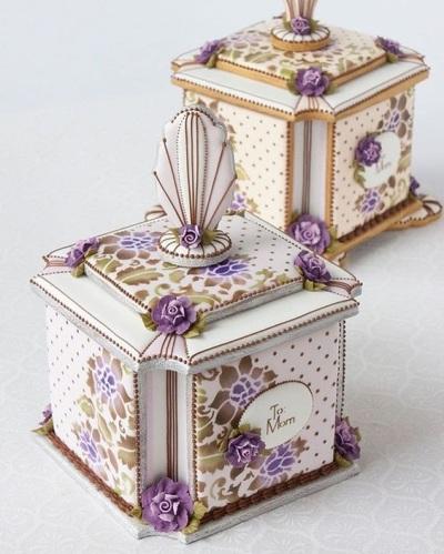Bahan dasar kuenya sederhana, yang istimewa dan membutuhkan perhatian lebih adalah bahan dekorasinya. Royal icing, fondant, dan coklat adalah sebagian bahan yang biasa digunakan untuk menghias kue kering.