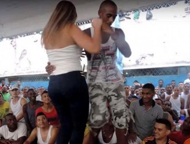 مديرة سجن في كولومبيا ترقص مع السجناء الرجال بطريقة فاضحة .. شاهدة ردة فعل السجناء !!