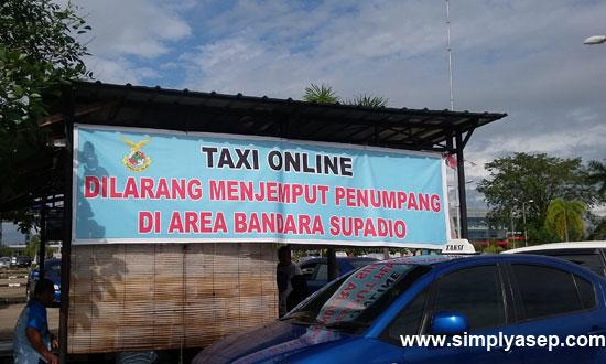 LARANGAN : Sebuah bilboard yang berisi larangan taksi online berada di kawasan bandara Supadio (14/10). Foto Asep Haryono