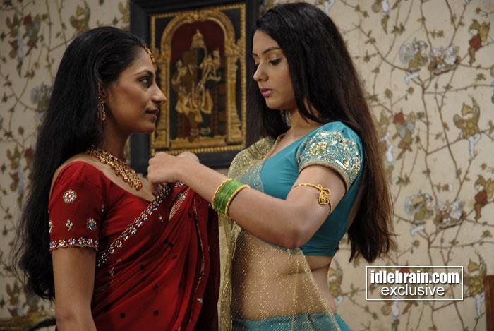 namitha hot saree change sexy back & navel shwo pics ...