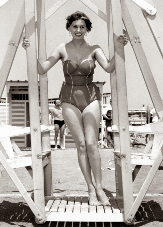 Софи лорен фото в молодости фигура в купальнике