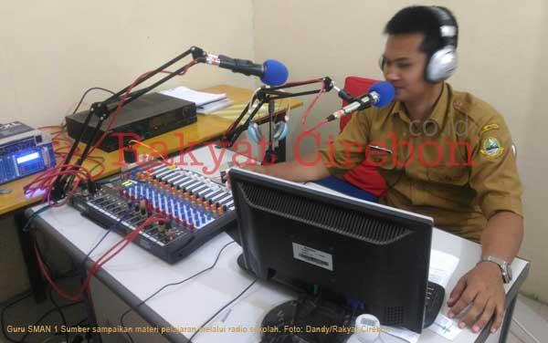 siswa sman 1 sumber belajar melalui radio sekolah