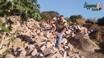 Bizzarri procurando pedra paralelepípedo na cor avermelhada para fazer um calçamento de pedra na cidade de Sousas-SP e revestimento de pedra com paralelepípedo rachado na base da casa para evitar a umidade no pé da parede. 22 de setembro de 2016.
