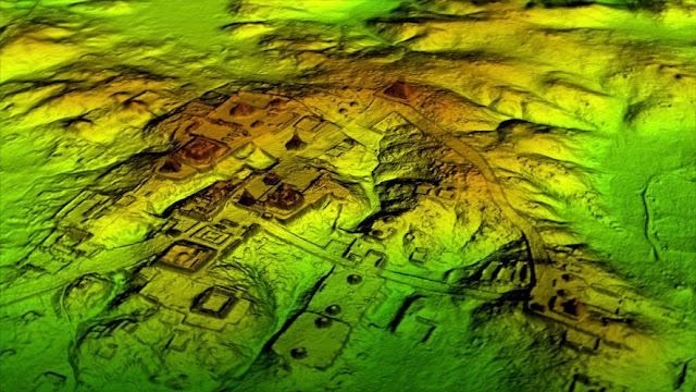 """Pesquisadores identificaram ruínas de mais de 60 mil casas, palácios, rodovias elevadas e outros recursos arquitetônicos que estavam escondidas há anos embaixo de selvas do norte da Guatemala. A descoberta é considerada um grande avanço na arqueologia maia.  A tecnologia de laser conhecida como LiDAR remove digitalmente o dossel da floresta para revelar as ruínas antigas abaixo, mostrando que as cidades maias, como a Tikal, eram muito maiores que as pesquisas por terra sugeriam. FOTO DE COURTESY WILD BLUE MEDIA/NATIONAL GEOGRAPHIC Com a tecnologia revolucionária conhecida como LiDar (da sigla inglesa  """"Light Detection And Ranging""""), os especialistas removeram digitalmente o dossel das imagens aéreas da agora despovoada paisagem, revelando ruínas de uma civilização pré-colombiana extensa – muito mais complexa e interligada do que a maioria dos pesquisadores da cultura maia supunha."""