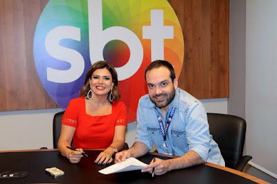 Mara Maravilha e o diretor Lucas Gentil no momento da assinatura do contrato - Foto: Lourival Ribeiro/SBT