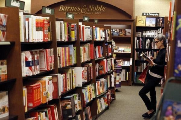 Compras na livraria Barnes & Nobles em Miami