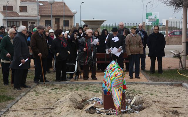 MAyores participantes en el tradicional entierro de la sardina. IMAGEN COMUNICACION ILLESCAS