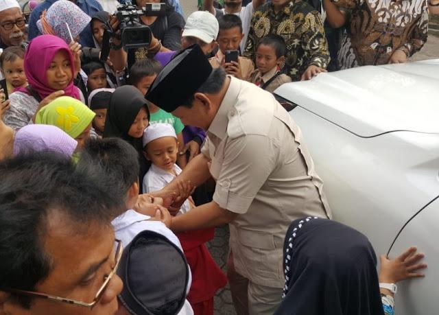 Keluar dari Kediaman Gusdur, Prabowo Diserbu Warga Sekitar