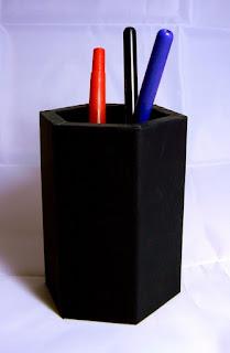 Pot à crayons hexagonale en cuir avec des stylos