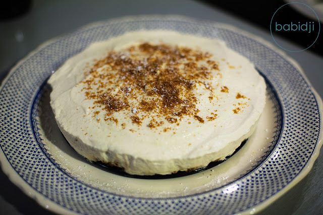 Résultat final d'un cheesecake poire-chantilly-speculoos sur plat à dessert