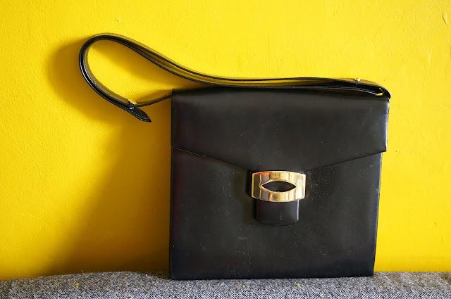 un sac en cuir noir des années 70  70s leather handbag