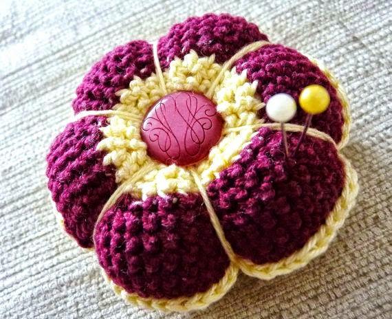 Alfiletero con forma de flor tejido al crochet