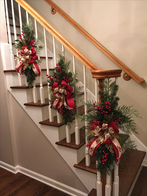 13 hermosas ideas para decorar escaleras en navidad for Ideas para decorar escaleras