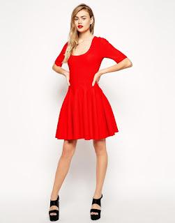 petite-robe-rouge-mi-cuisse-avec-chaussures-noires