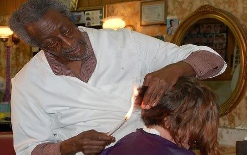 memotong rambut pakai api dan pedang