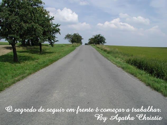 Foto de Estrada asfaltada rumo ao horizonte