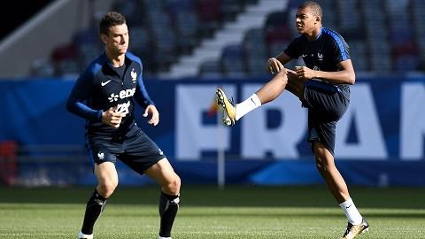 Laurent Koscielny và cầu thủ mới nổi MBappe trong màu áo của tuyển Pháp