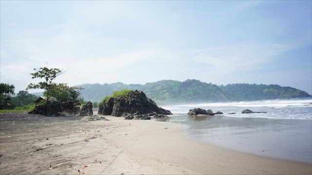 Bebatuan di Sisi Barat Pantai Jolosutro