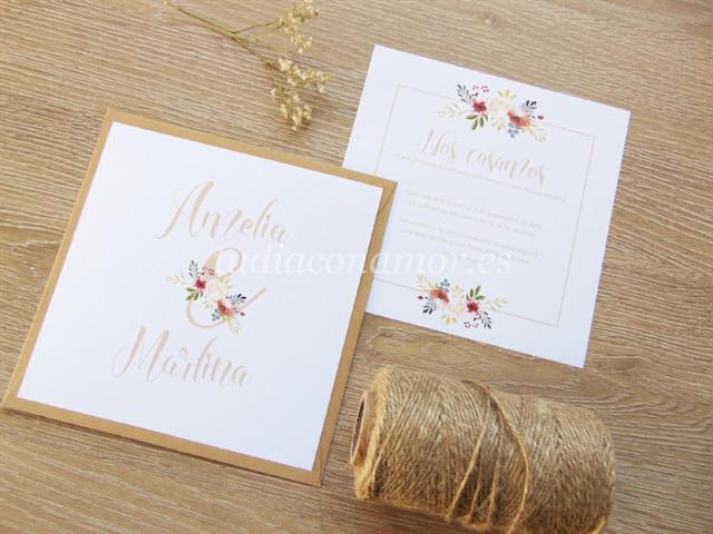 Bonita invitación de boda romántica y moderna con flores pintadas y letras en color nude