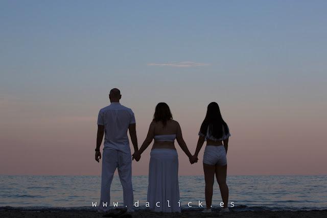 padre madre e hija mirando al horizonte