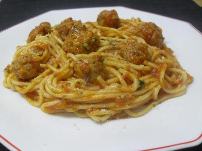 Espaguetis con albóndigas de carne, sofrito de tomate y orégano