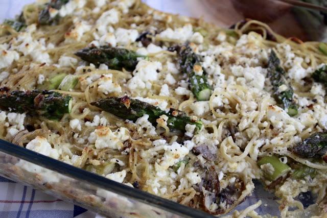 Pasta mit grünem Spargel, Champignons und Schafskäse