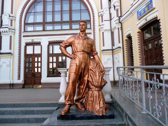 Козятин. Вінницька область. Залізничний вокзал. Скульптура робочого