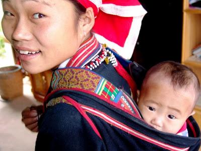 Les mères ayant des enfants à Sapa Vietnam