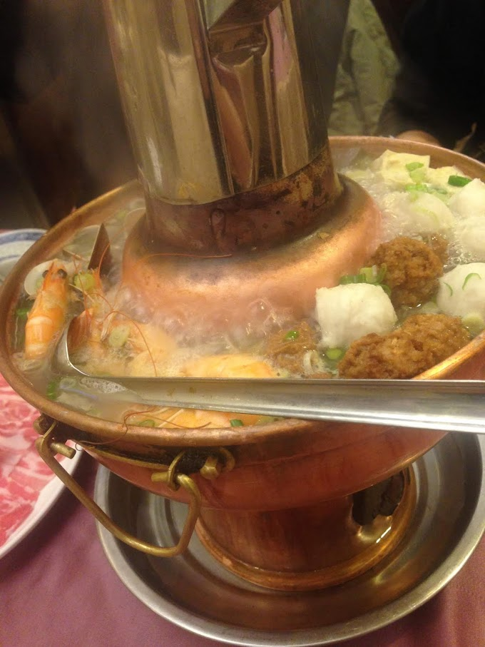 Houshanpi,Taipei-Beiping WeiFuLou Restaurant | Meat with pickled cabbage hot pot in the winter