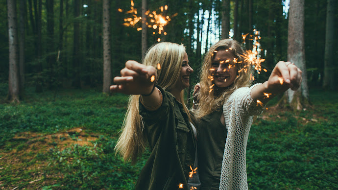Wallpaper: Girls with Fireworks