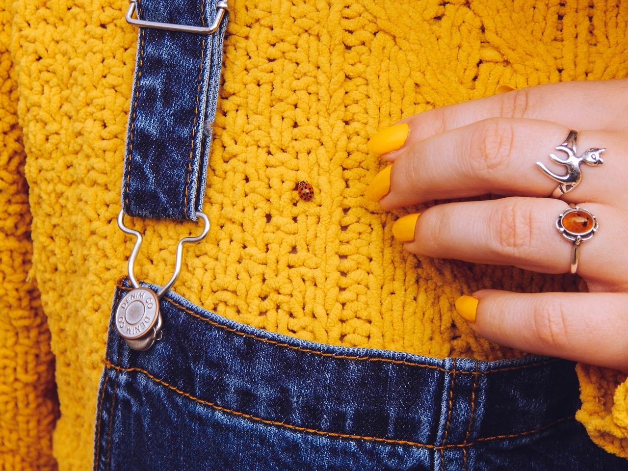 1 ogrodniczki jak dobrać do sylwetki hit czy kit gdzie kupić ogrodniczki jak nosić ogrodniczki pomysł na stylizację z ogrodniczkami jak ubierać się jesienią pomysł na żółty sweter jak nosić kolorowe skarpetki