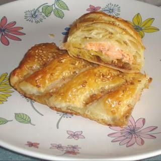 Pastelitos de hojaldre rellenos de salmón y cubierto con semillas de sésamo, un desayuno muy nutritivo y delicioso