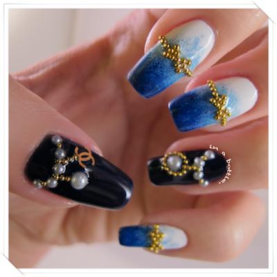 Unhas esponjadas e pretas, com caviar dourado e pérolas