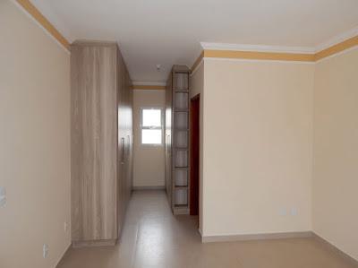 Na suíte do casal, a janela que ilumina o closet promove a ventilação cruzada com a porta de correr que dá acesso ao terraço. Toda a marcenaria do sobrado foi executada pela equipe do mestre Doni Grandini.