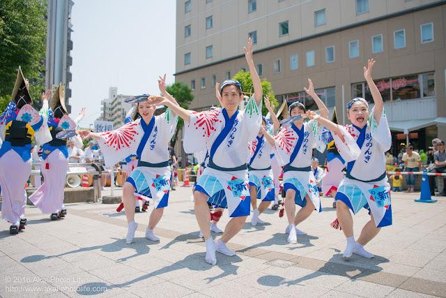 高円寺、熊本地震被災地救援募金チャリティ阿波踊り、東京新のんき連の舞台踊りの男踊りの踊り手の写真 4枚目