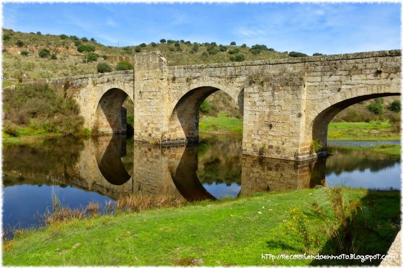 Reflejo puente medieval de Jaraicejo