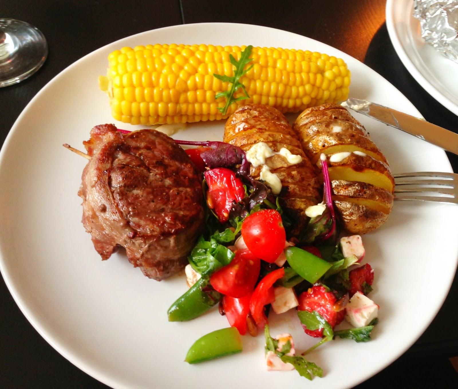 grill, sommer, oksemedaljon, majskolbe, majs, salat, fete, jordbær, kartofler, bagte kartofler, tomat, agurk, tzatziki,
