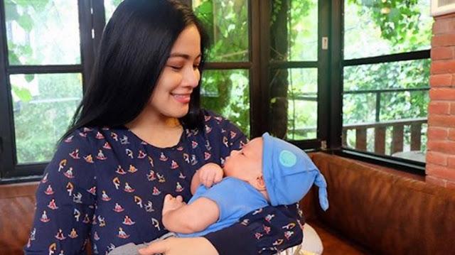 Tips Praktis Menyusui Anak dari Titi Kamal, Sebagian Mama Muda Sudah Praktek