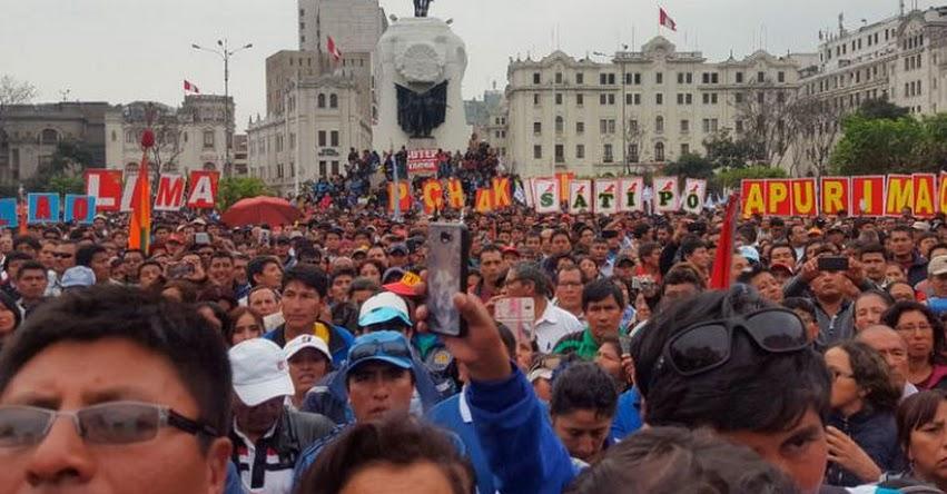 Docentes se concentran en la plaza San Martín