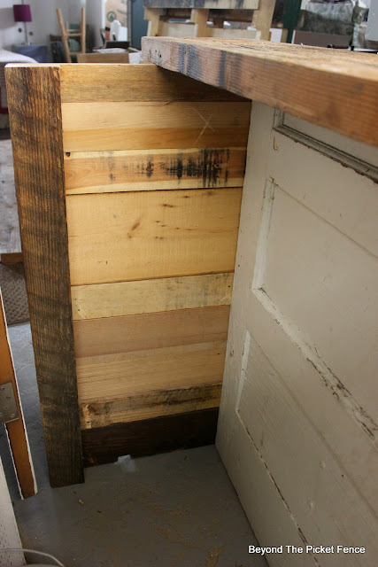 old door, rustic bar, barnwood, building plans, http://bec4-beyondthepicketfence.blogspot.com/2016/03/rustic-old-door-bar-diy.html