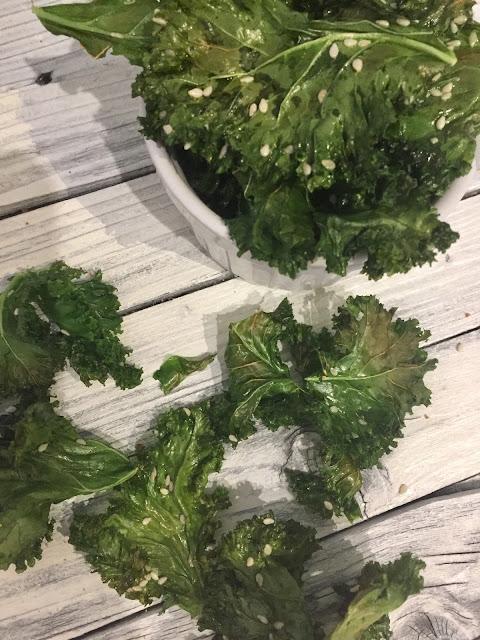 Grünkohl-Chips, Rezept glutenfrei & vegan, bio, Minimalismus: Zubereitung einfach + schnell, Healthy Food Style, ohne Weizen, Blog, Luxus, Rezeptinspiration, Rezepte für jeden Tag, gesund und lecker, Rezeptideen, schnelle Rezepte, entdecken, leicht