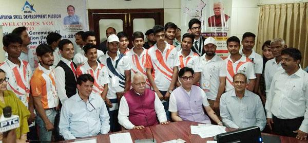 मुख्यमंत्री मनोहर लाल ने इंडिया स्कील्स कंपीटिशन वेस्ट के 15 कौशल युवाओं को किया सम्मानित