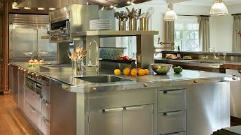 Decora la cocina de tu hogar con un toque metálico