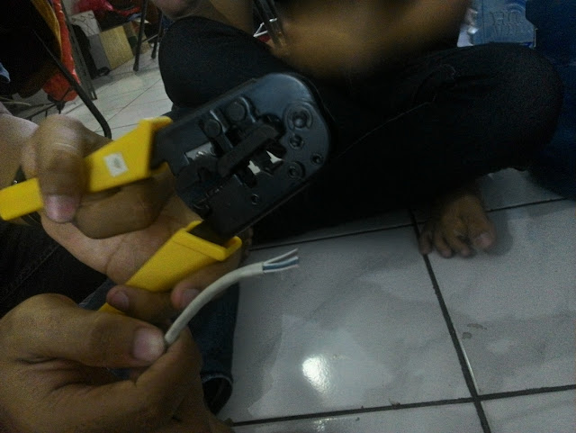 Cara membuat kabel UTP Tipe Straight dan Crossover yang Baik dan Benar