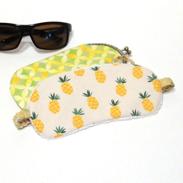 Ананас - аксессуары в дорогу: маска для сна в самолете и очечник в тропическом стиле