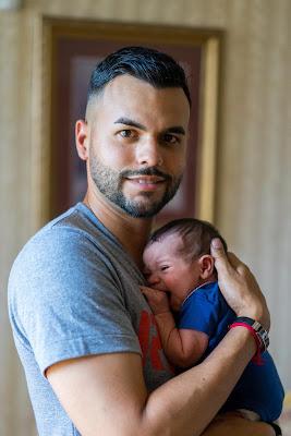 papa y esposo con bebe pequena