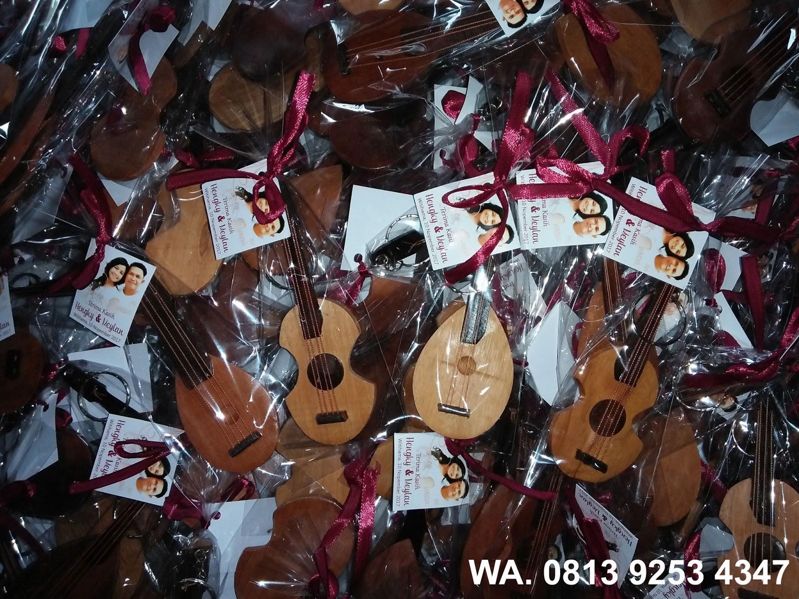 Pesanan Souvenir Gantungan Kunci Gitar Kayu 2017